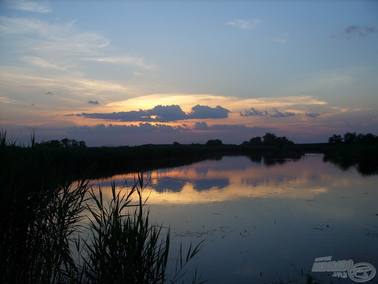 Káprázatos naplemente búcsúztatott a tópartról
