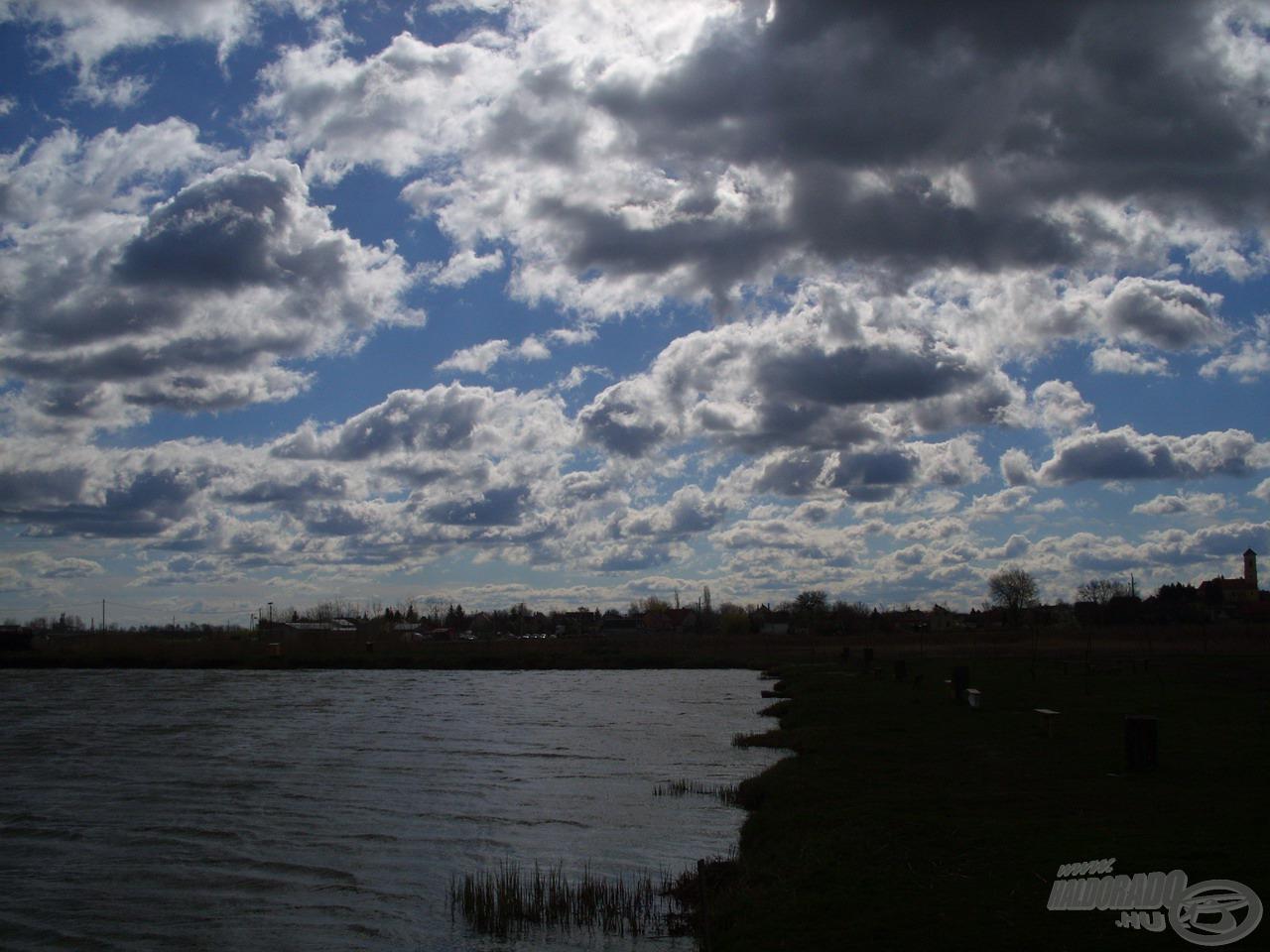 Az erős szél miatt gyorsan vonultak a felhők az égen. Nekem már az ilyen gyönyörű látványért megéri felkelni és kimenni a partra…