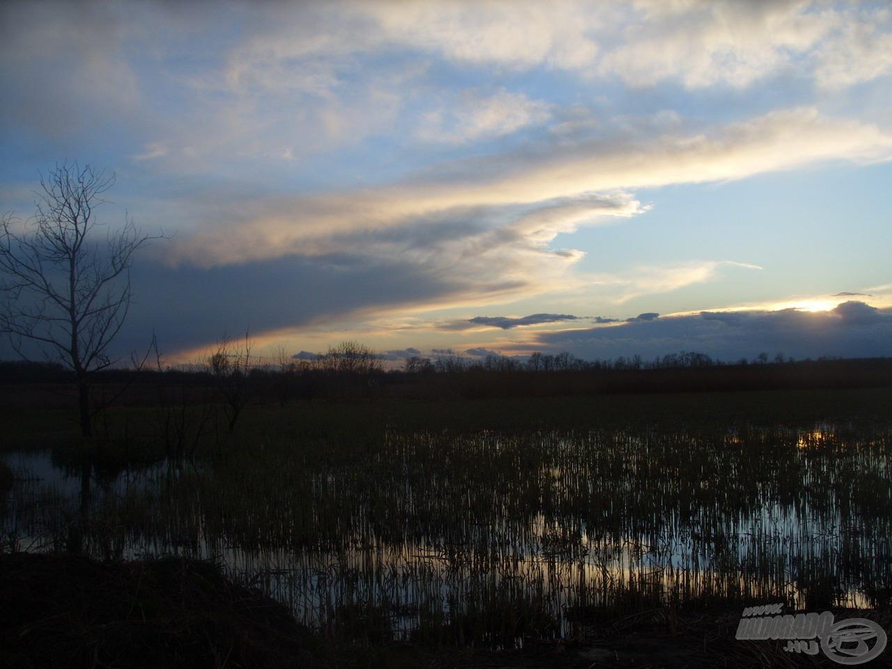 Gyönyörű naplemente búcsúztatott a tópartról