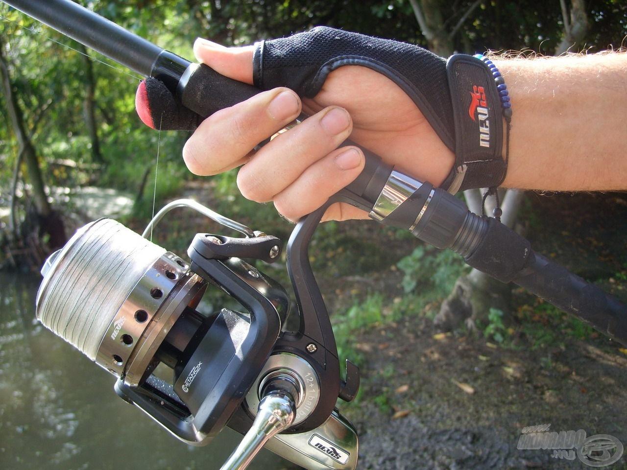 A távoli dobásokhoz ezen a horgászatomon is használtam fonott dobóelőke zsinórt. Számomra ehhez elengedhetetlen kellék a dobókesztyű. A biztonságotok érdekében ne feledkezzetek meg róla ti sem!