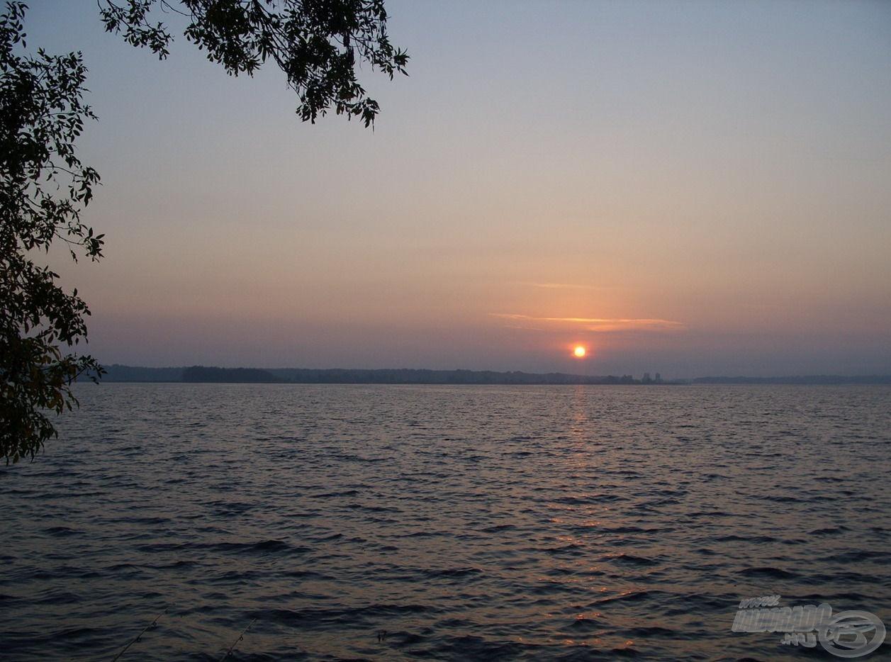 Gyönyörű őszi napfelkelte búcsúztatott a vízpartról. Egy feledhetetlen éjszakát hagytam magam mögött. Köszönöm a remek horgászatot, Józsi! Köszönöm, drága Tisza-tó!
