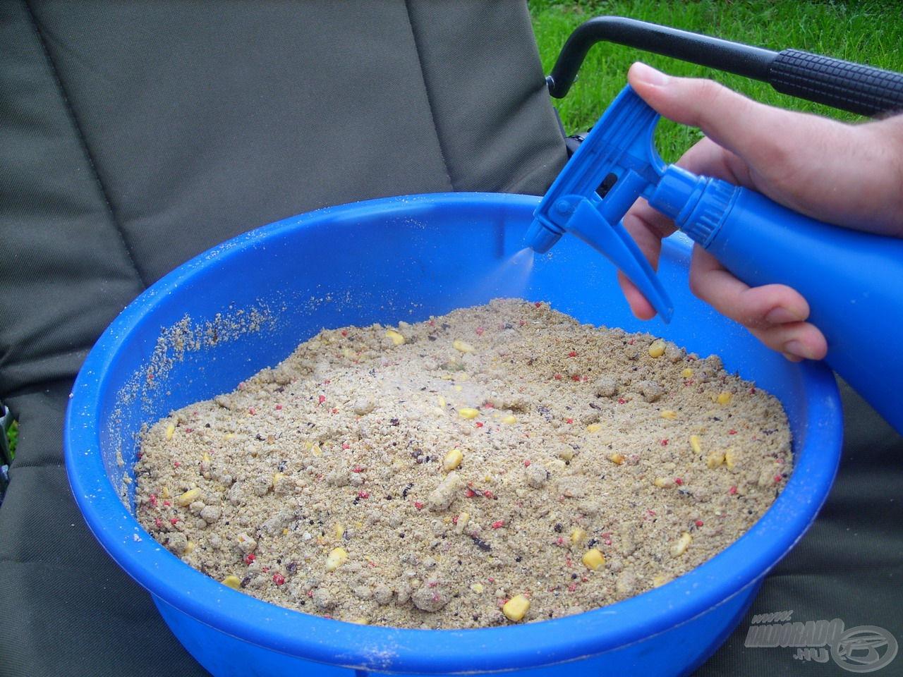 Az etetőanyaghoz eddig adagolt vízmennyiség kevés ahhoz, hogy megfelelő állagúvá váljon, de ez a megfelelő előkészítés része. A maradék folyadékot a precíz adagolás érdekében egy spricni segítségével tettem a keverékhez. Ennek során maximum további 1-1,5 dl víz került hozzá. Kulcsfontosságú szerep jut az etetőanyag tökéletes állagának, amit szándékosan kissé szárazra kell elkészítenünk, hogy a lehető legjobban felhősítsen