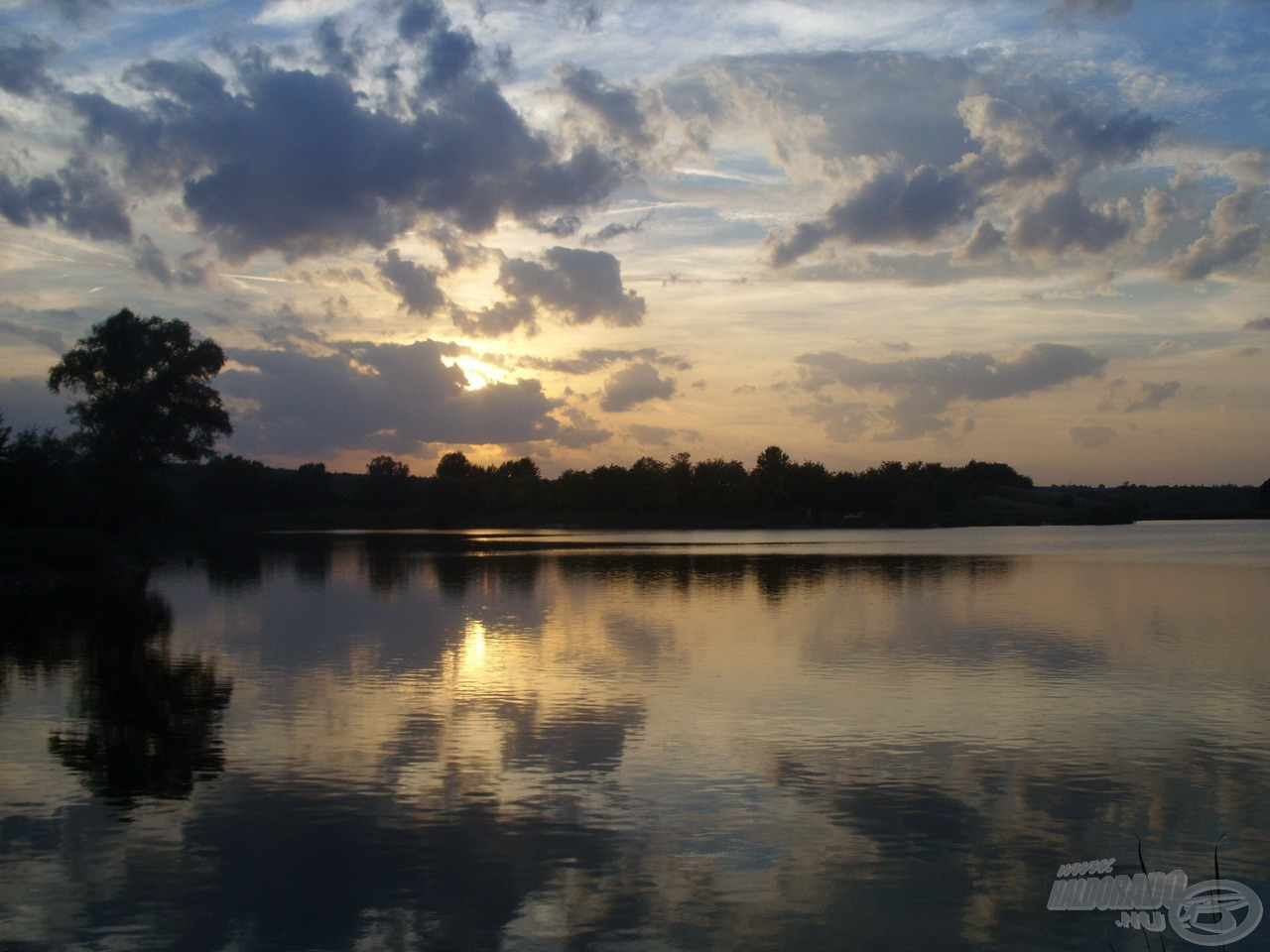 Színpompás naplemente búcsúztatott a tópartról