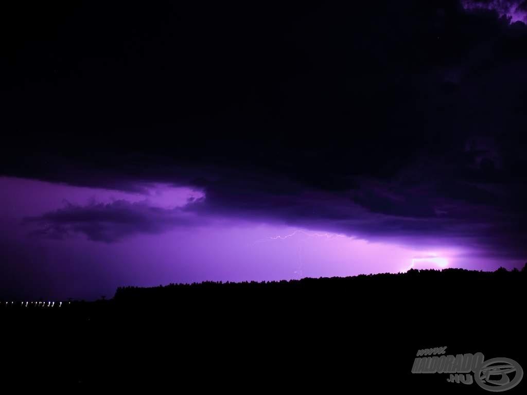 Ez a fotó már a bepakolás után, a vihar előtt pár perccel készült a kocsi tetejéről
