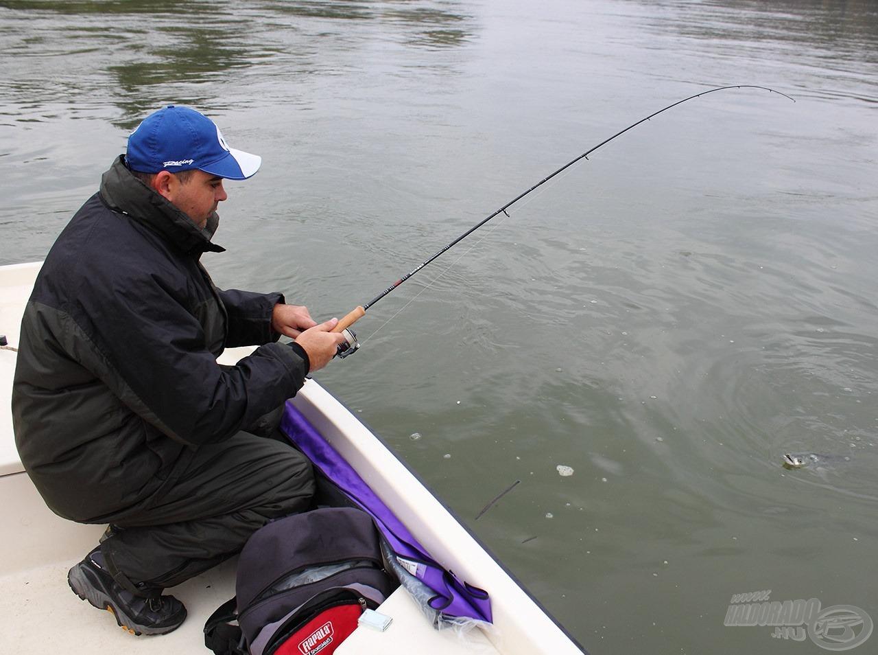 Sanyi és a hala… felhívnám a figyelmet arra a szééép színű botzsákra! :D