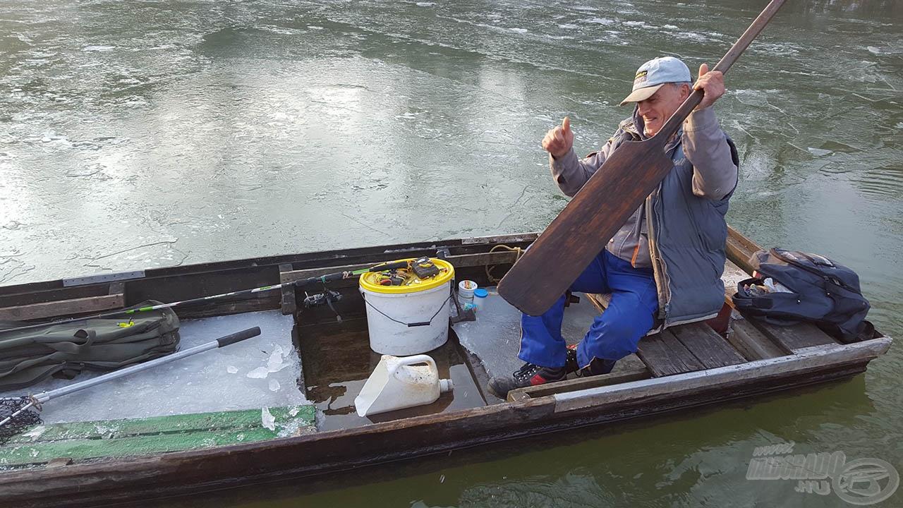 Közben másokat is kicsalt a víz horgászni, bár ránézésre több víz volt benn, mint kinn, és ezt használni jégtörésre bátor dolog, de legalább jól elbeszélgettünk egy helyi horgásszal