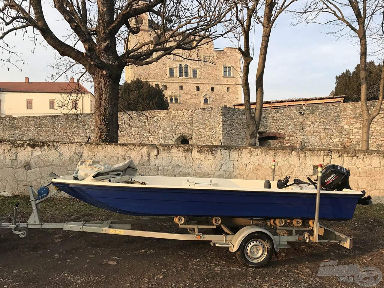 A pataki vár alatt már a szárazon várta a haza utat a csónak
