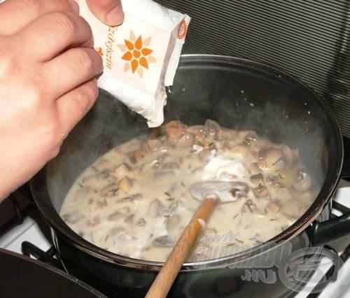 Adjunk hozzá diónyi vajat, öntsük fel tejszínnel, majd forralással sűrítsük be