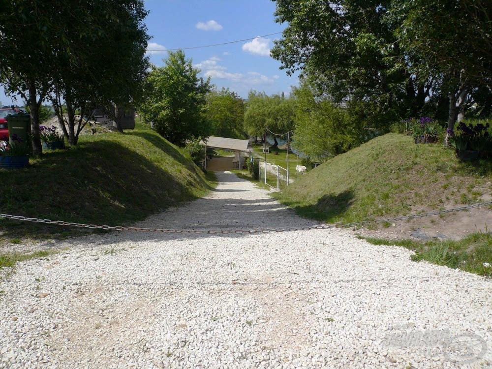 … ahonnan ez az út vezet a halőrházon át a vízhez
