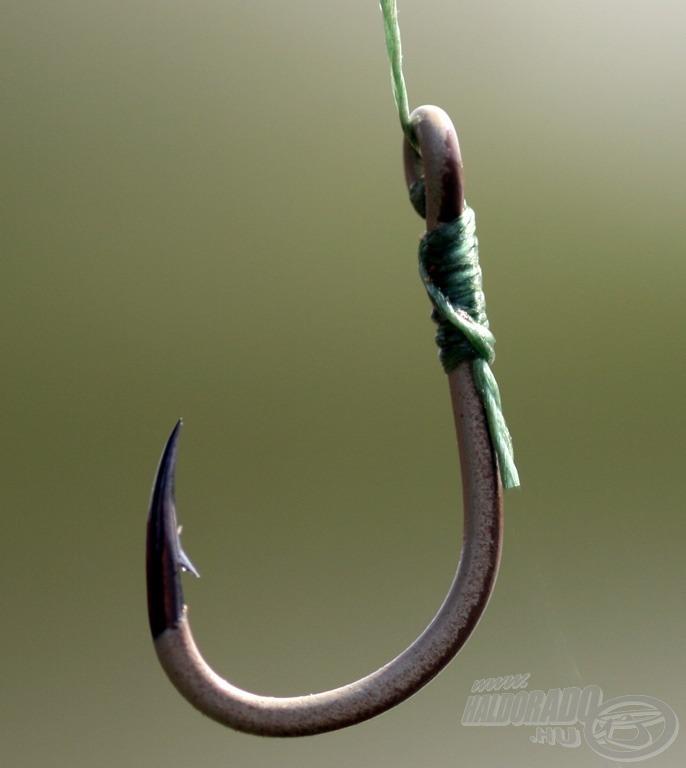 Homokbarna-szürke színű, különösen erős, masszív, kemény füles horog