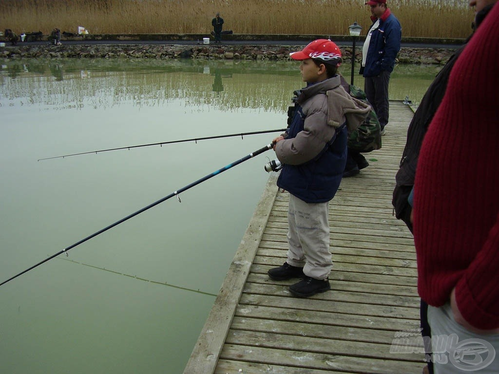 Egy évvel később még mindig a vízparton, tehát csak szeret horgászni ez a kissrác…