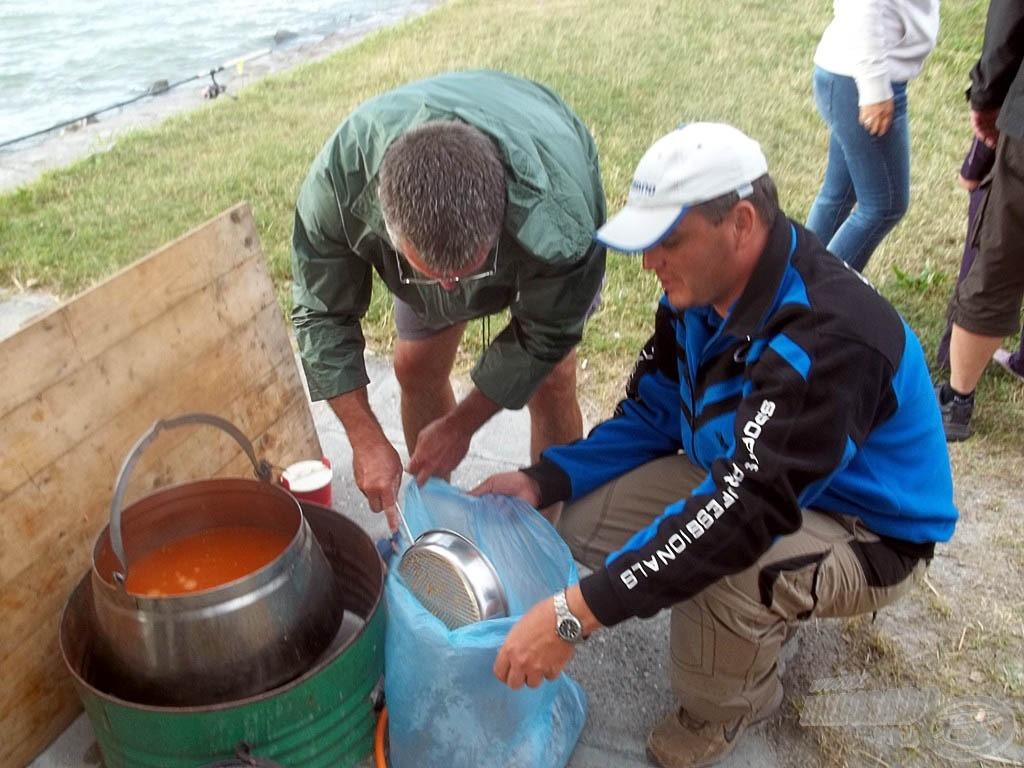 Az író és a kameraman halászlevet főznek