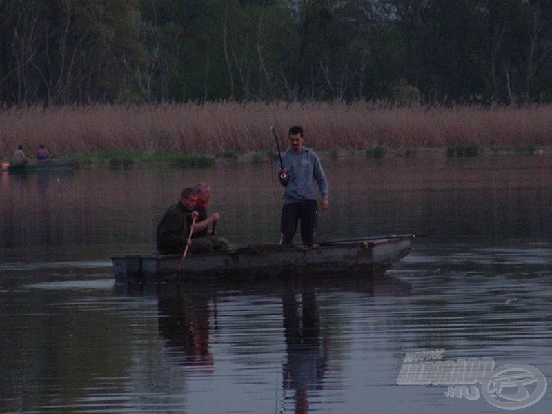 A botot szinte karikába hajtotta, a bot spicce majdnem végig a vízben volt. Ilyenkor látni igazán, mekkora erőtartalékokkal rendelkeznek ezek a pálcák