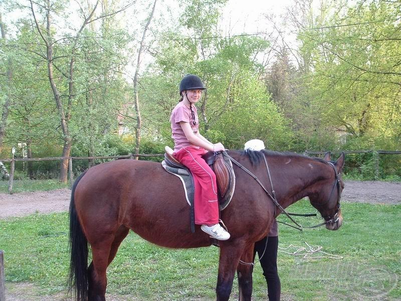 Zsani lányom az első pillanattól magabiztosan lovagolt