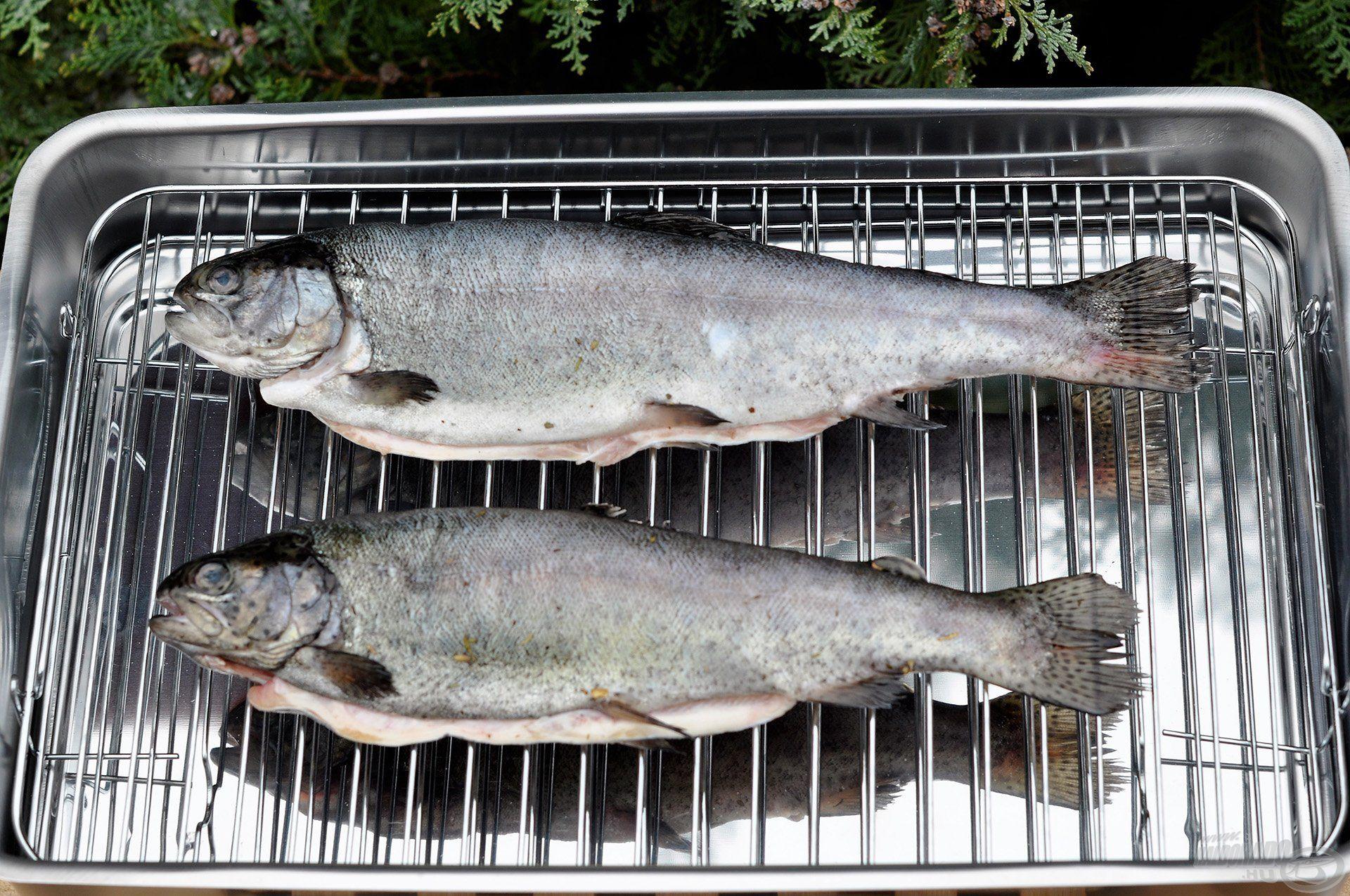 A füstölni kívánt halat a felső rácsra helyezzük