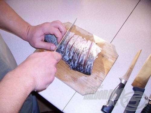 Míg az alaplevünk fő, addig 3 cm-es szeleteket, patkókat vágunk a halból