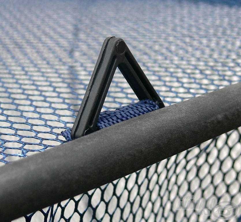 A hálót merevítő fém karikák műanyag borítást kaptak