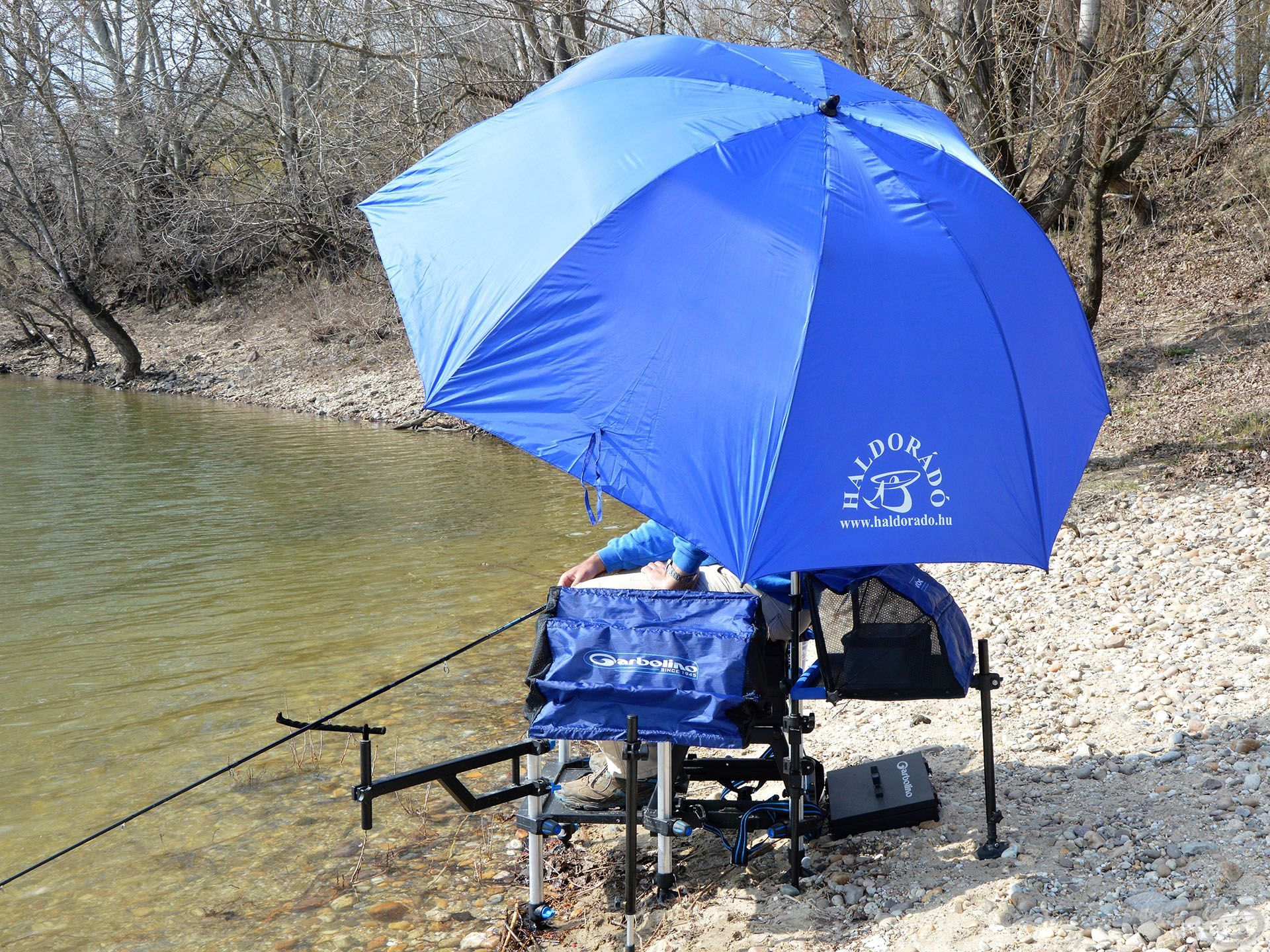 A jól felállított ernyő abszolút nem zavarja a horgászt!