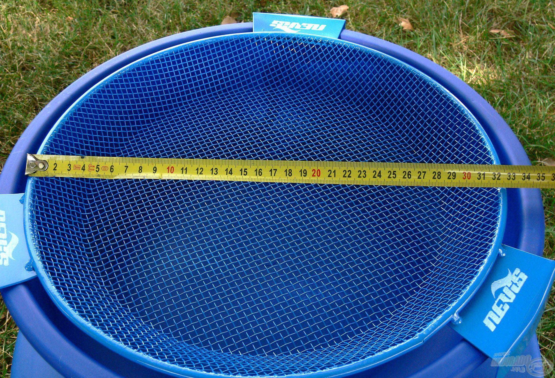 E kiegészítő átmérője 34 cm, ezáltal a legtöbb kereskedelmi forgalomban lévő etetőanyag rosta típussal kompatibilis