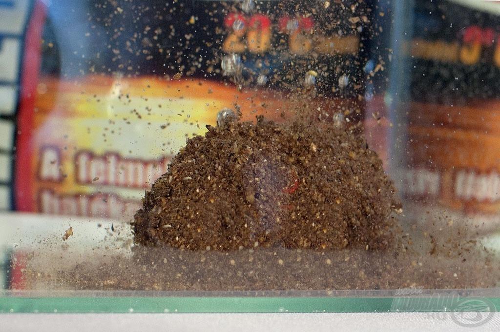 A Tüzes Ponty apró szemcséinek egy része liftezik, így a (nyáron) vízközt tartózkodó halak figyelmét is a mederfenéken található finomságokra irányítja