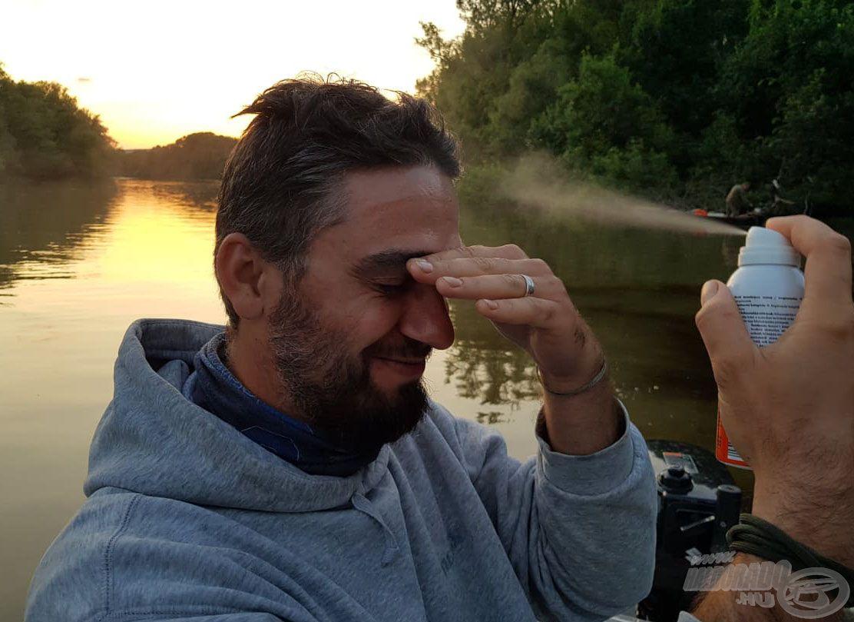 Amíg várjuk az estét, érdemes megfürödni szúnyogriasztóban, másképp nem lehet túlélni a folyón
