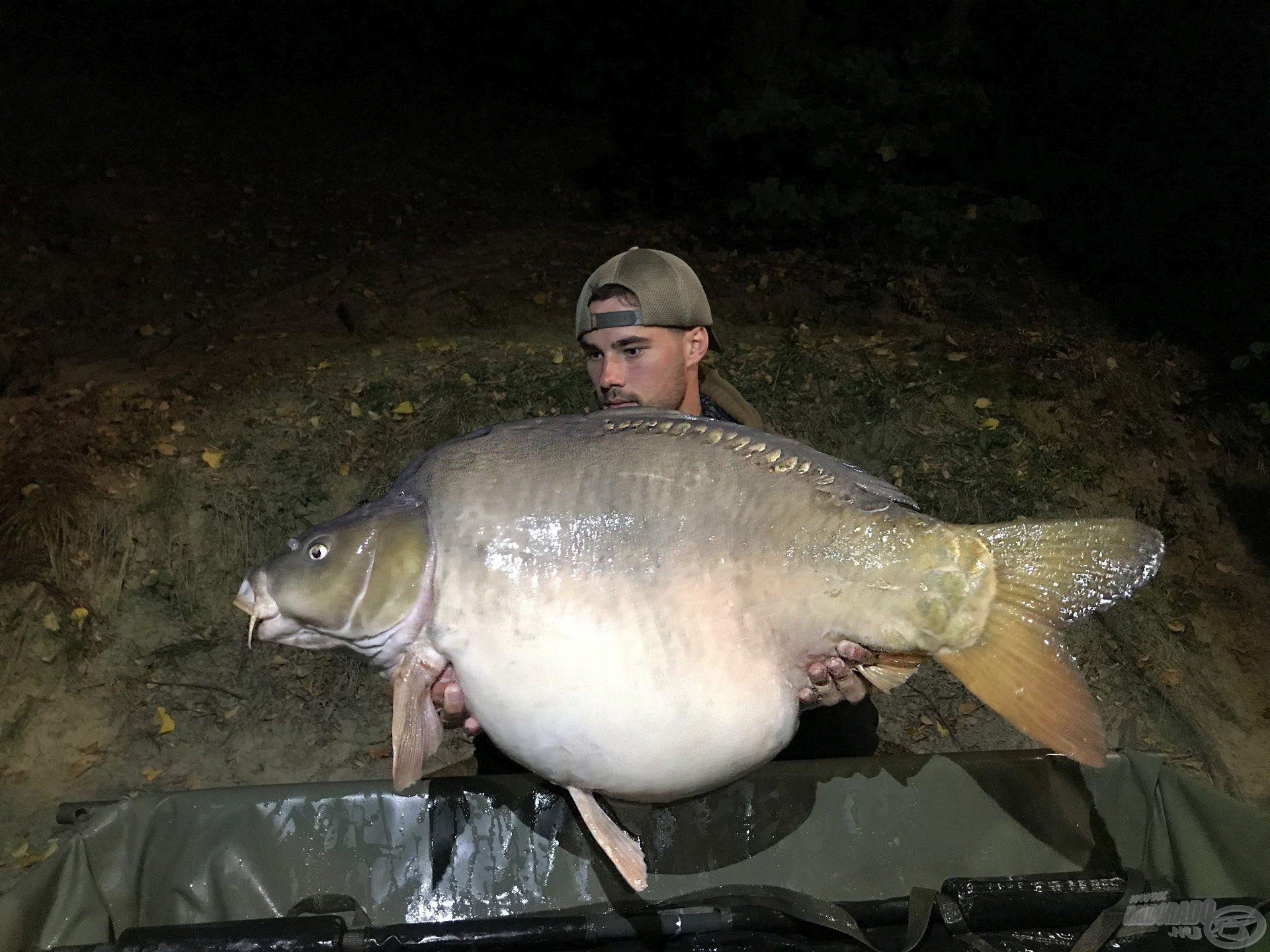 Első este tiszteletét tette egy 22 kg-os, pocakos tükrös