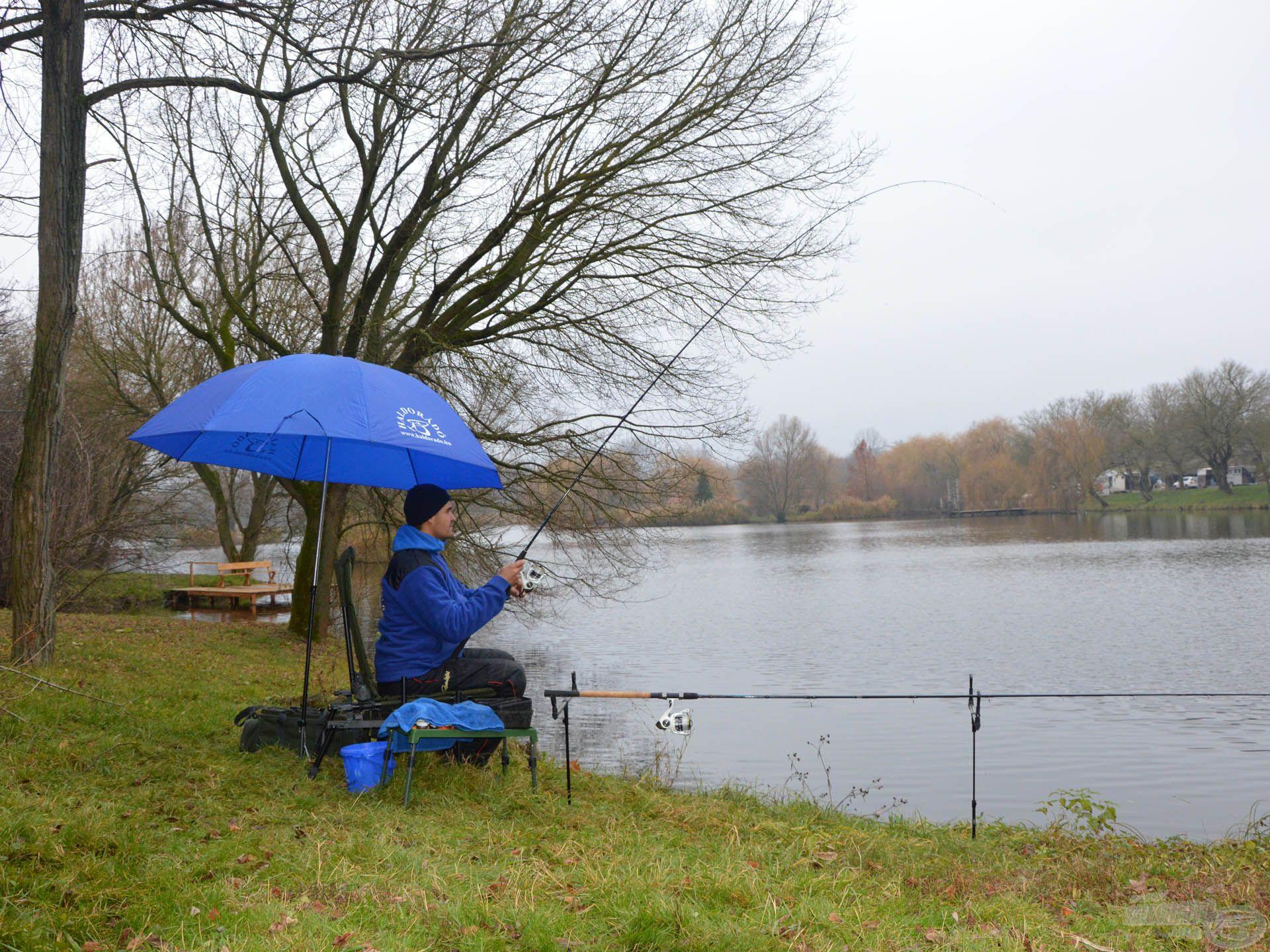 A jól felépített horgászálláson semmi sincs útban, és még ernyő alól is kényelmes a fárasztás