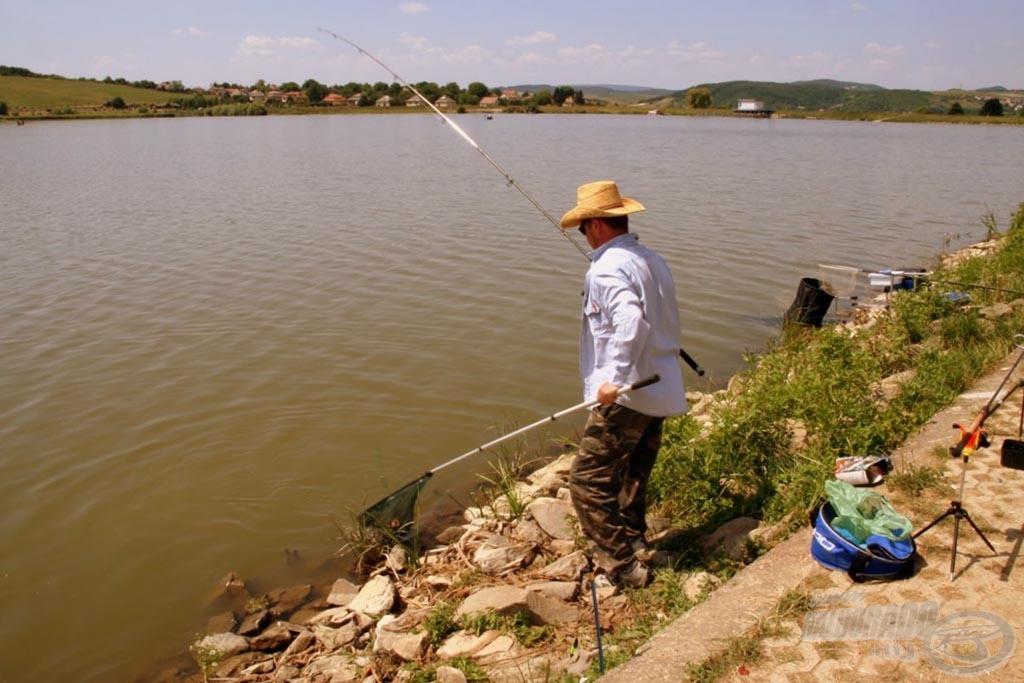 … majd beöltözve fenekezővel is húzta a halat