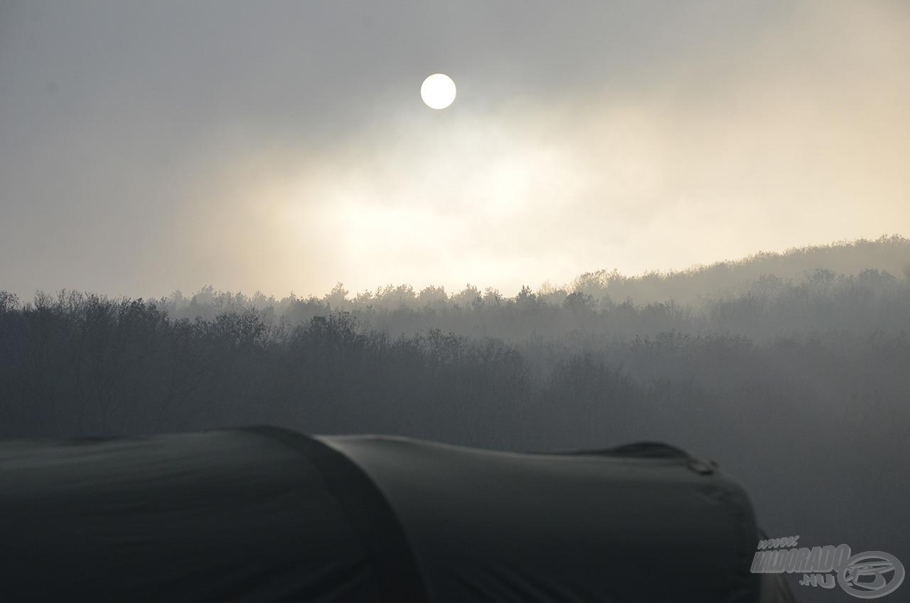 Az éjszakák és reggelek hűvösek voltak, a napsugarak alig tudták áttörni a párás levegőt