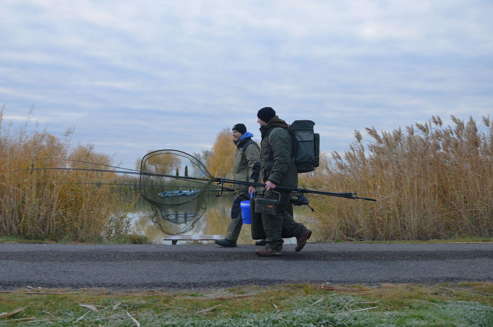 A legtöbb tavon nem lehet autóval a horgászhely mögé állni, ilyenkor át kell gondolni, hogy mit visz magával az ember