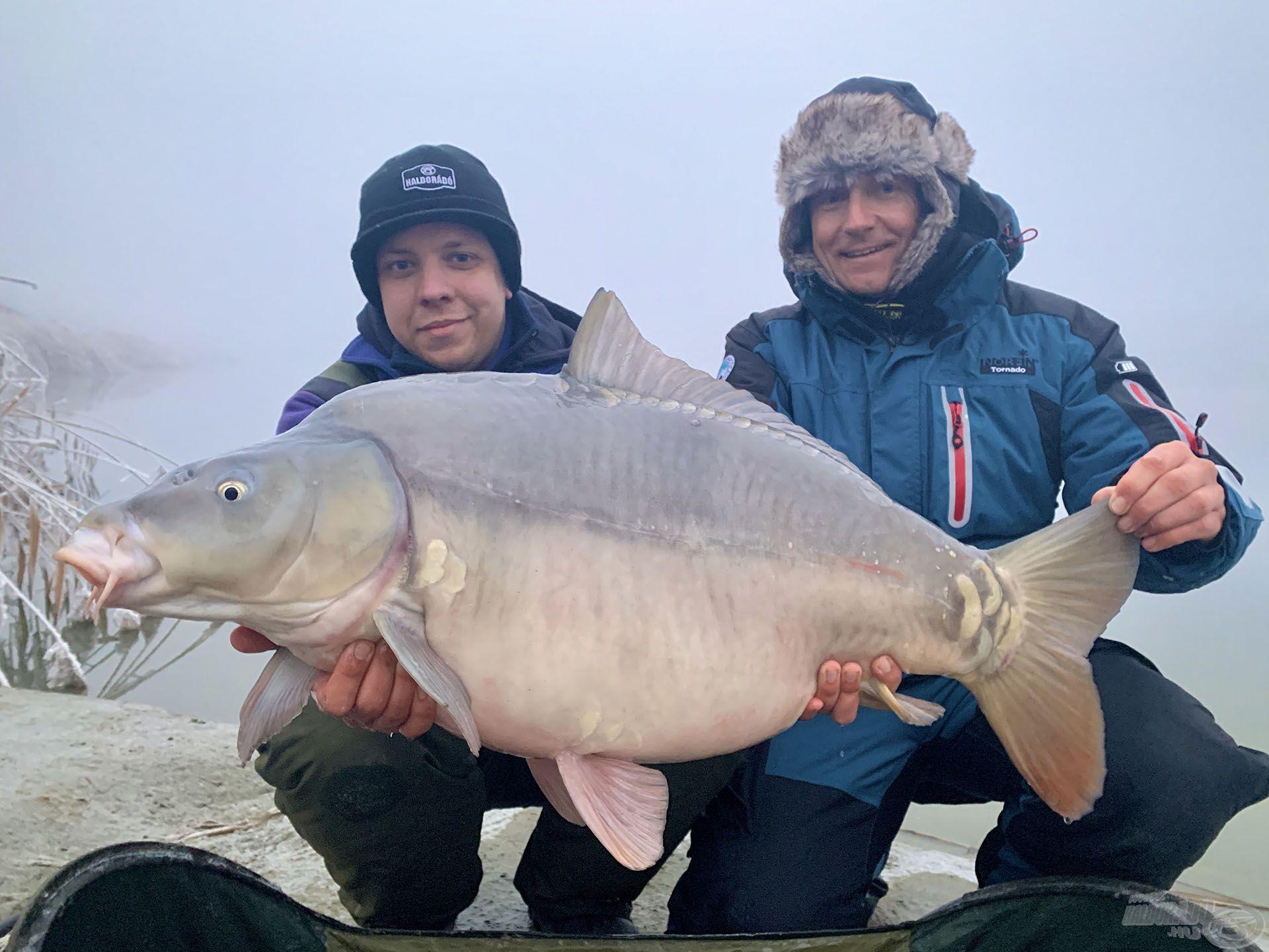 Már az elbúcsúzás után, az utolsó pillanatban fogta meg Gábor ezt a kapitális tükörpontyot, amely idei legnagyobb hala (januárban)! Lehet ennél jobb befejezés?!