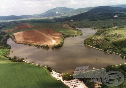 Íme, a csodálatos tó madártávlatból (forrás: www.haziret.hu)]