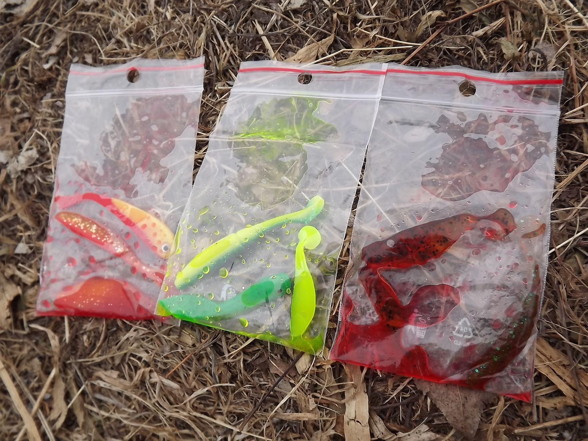 A színük szerint csoportosított gumikat simítózáras zacskóba teszem…