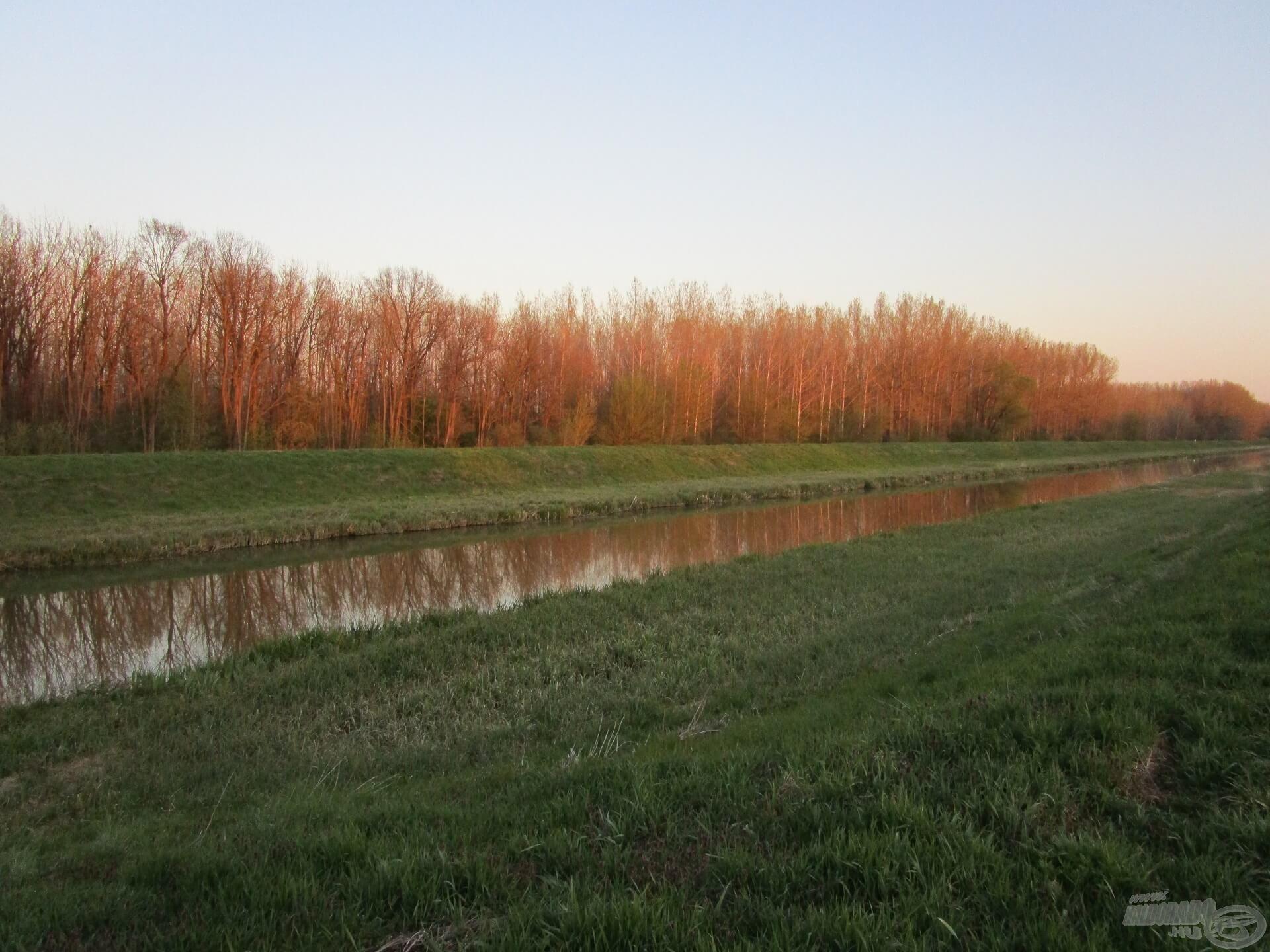 A tavaszi Zala folyó naplemente előtt