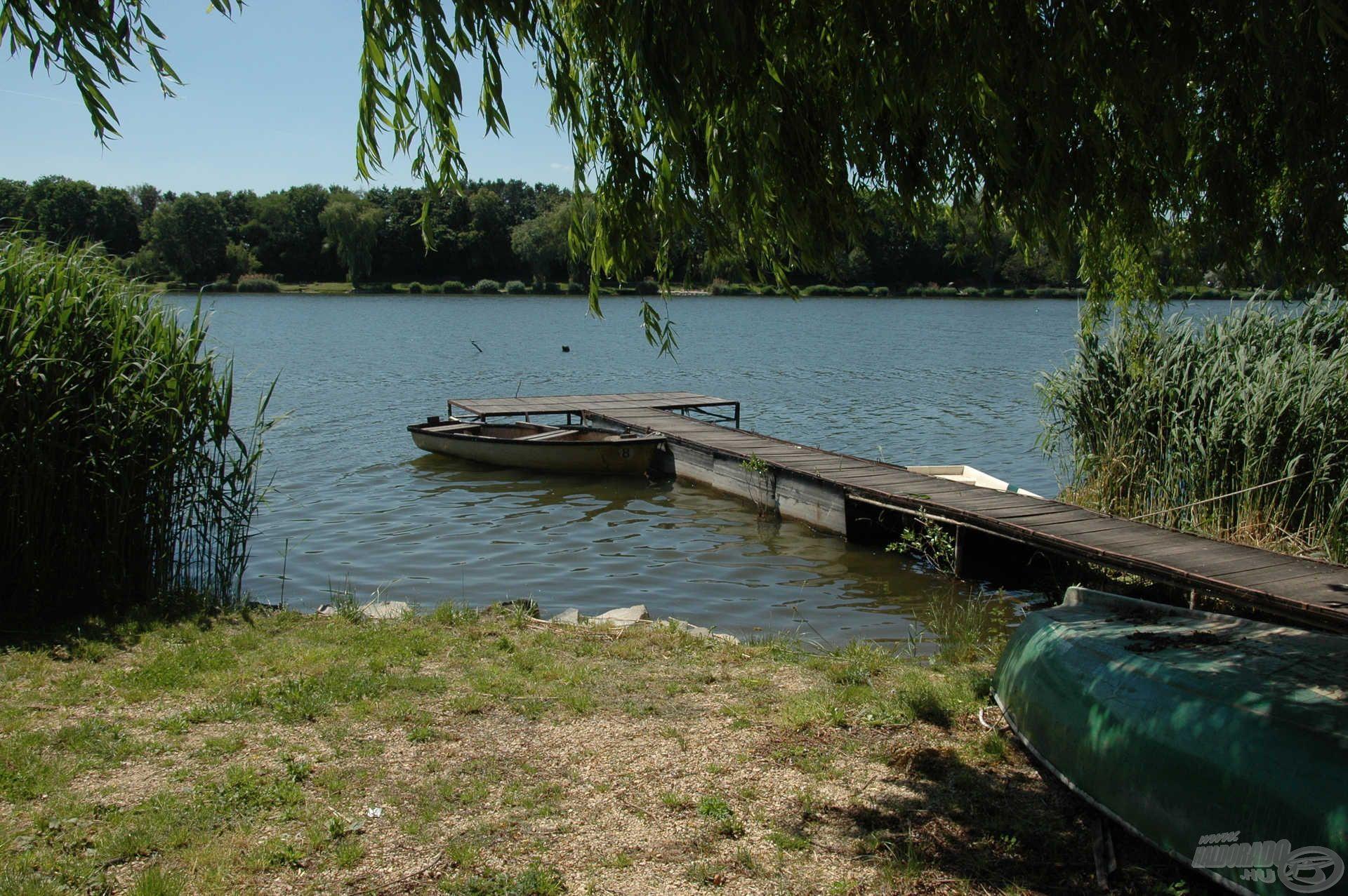 A csónakkikötő szinte üres, ebből is látszódik a tó népszerűsége, hiszen mindenki horgászik