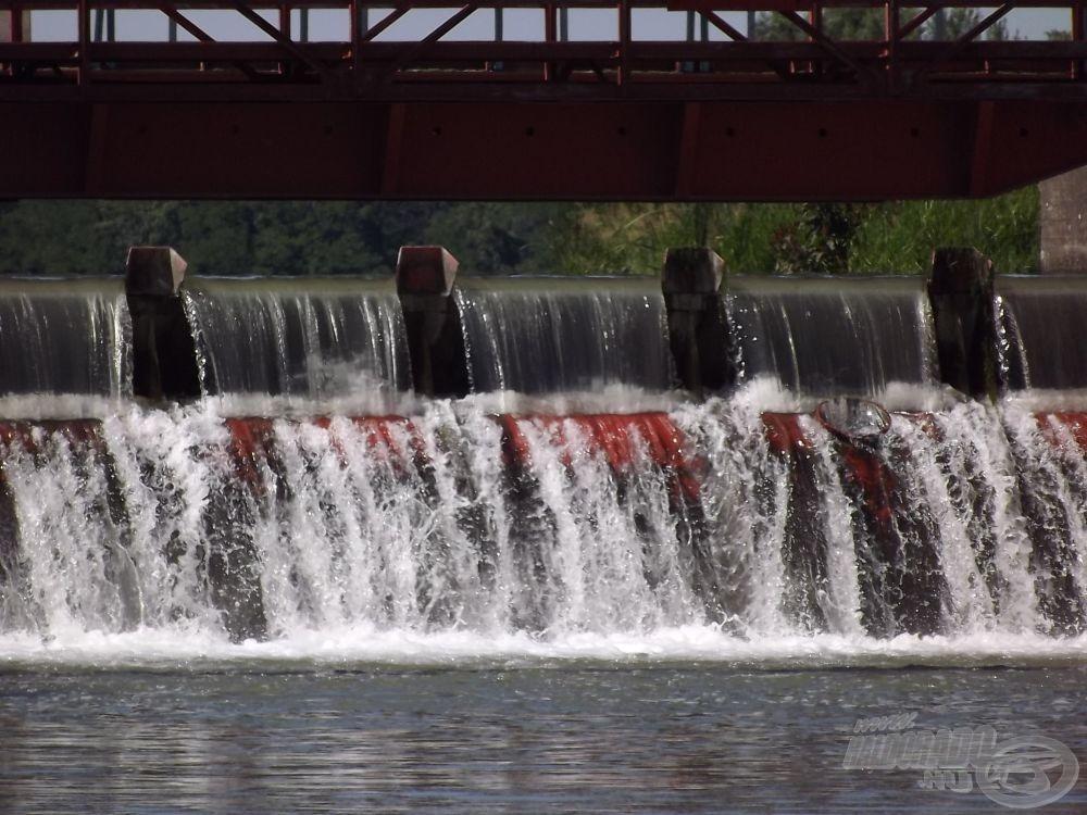 A malom felett nem sokkal egy duzzasztógát állja a folyó útját…