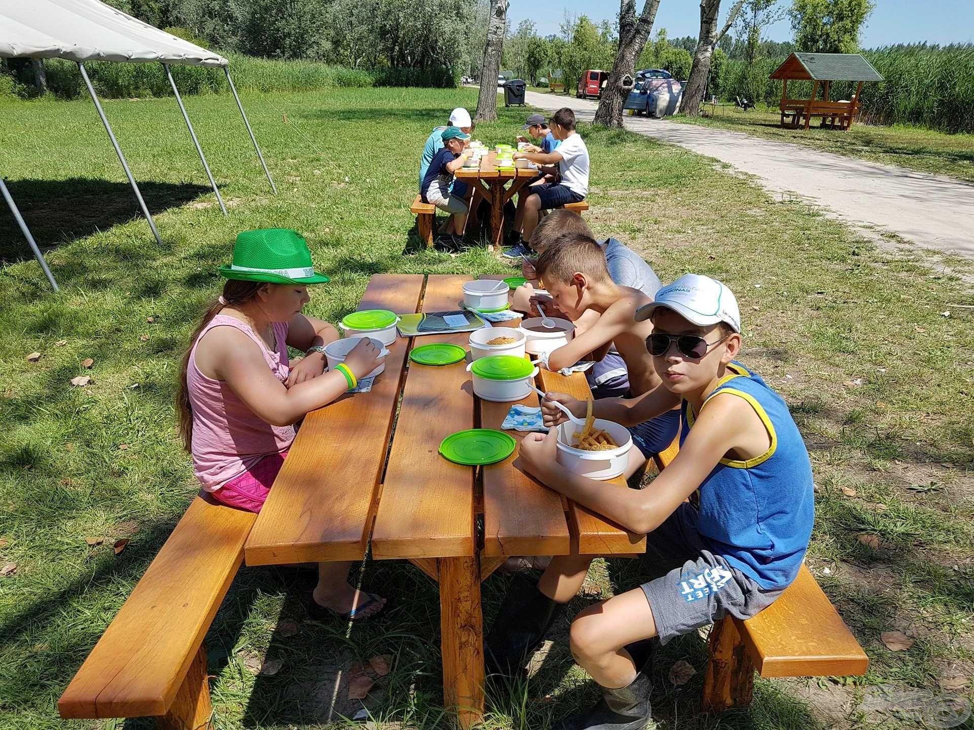 A horgásztábor a gyermekek megfelelő élelmezéséről is gondoskodott kétfogásos főtt étel formájában