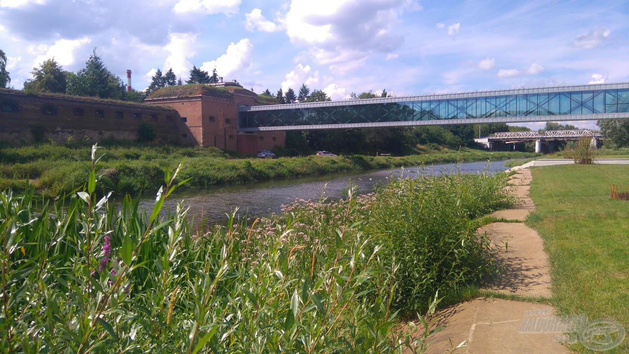 A múzeum mellett ez a híd áll, ami egy gyönyörű folyót keresztez
