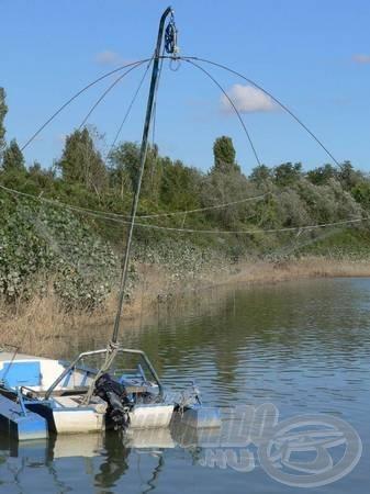 Fixen rögzített hálós állványt csónakokban is használják