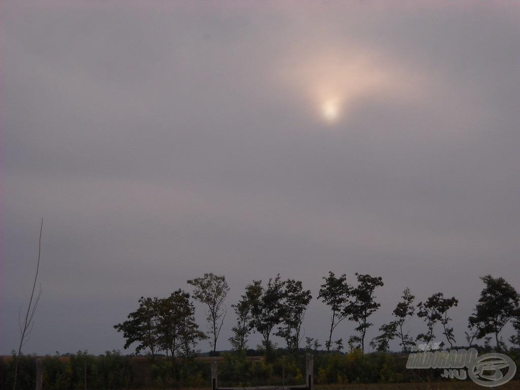 A felhők között alig látszik a Nap