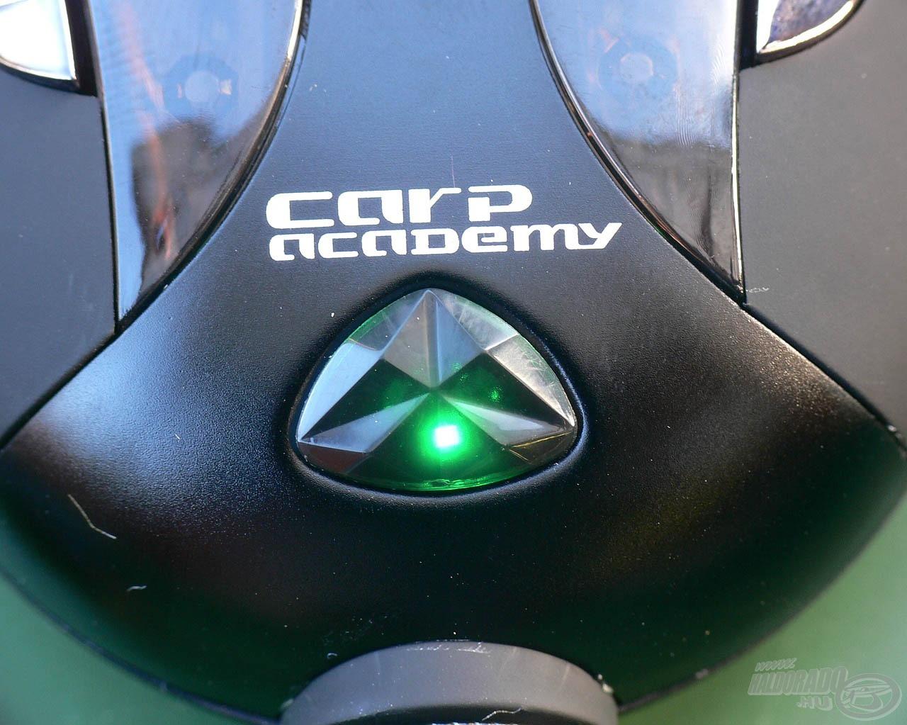 A feltöltött állapotot folyamatos zöld fény jelzi, ekkor már nem ajánlott tovább töltőn hagyni. A feltöltéshez általában 1-3 óra szükséges