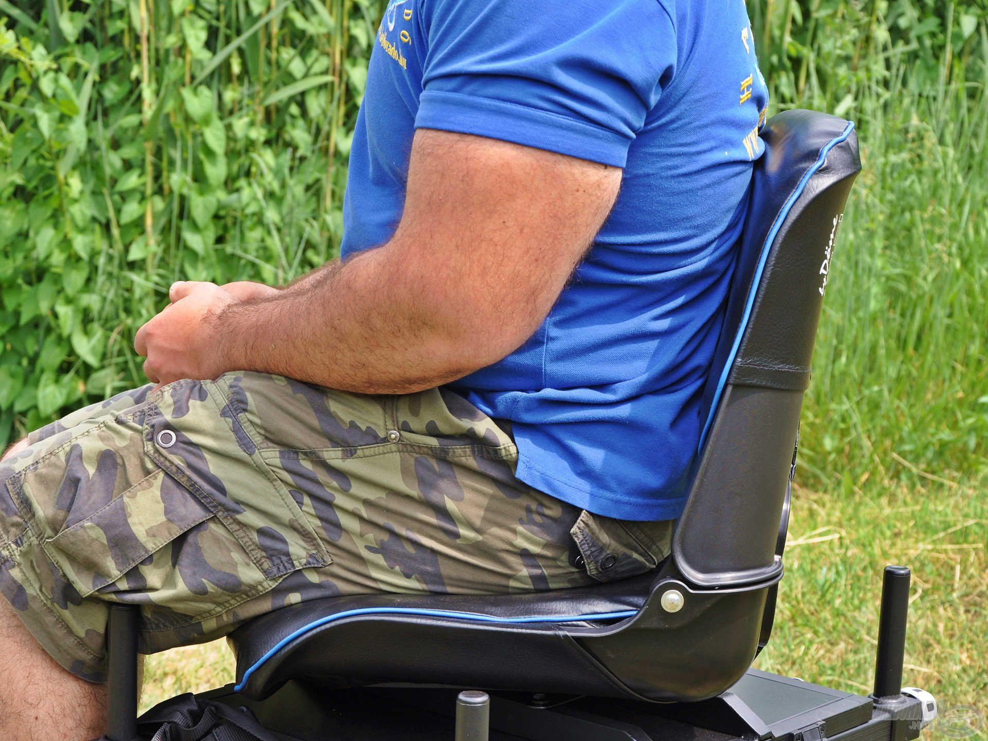 … illetve a derekat is kellemesen megtámasztó háttámla biztosítja a komfortérzetet akár egy egész napos horgászat során is!