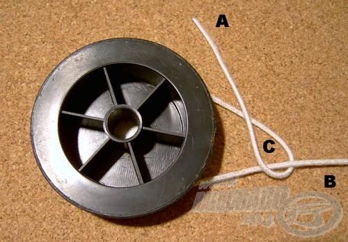 Fogjuk meg az (A) damilvéget és vegyük át a (B) szálon úgy, hogy az (A) szálat önmaga és a (B) szál között vezetjük ki. Ez esetben megkapjuk a (C) hurkot