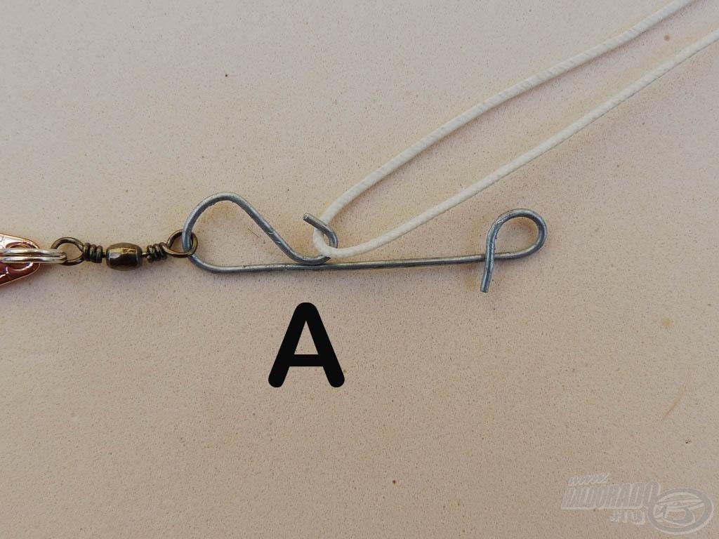 """Vegyünk duplán az botspicc felől futó zsinórunkból egy kb. 10-15 centiméteres darabot. Akasszuk bele a dupla szálat az """"A"""" fülbe"""