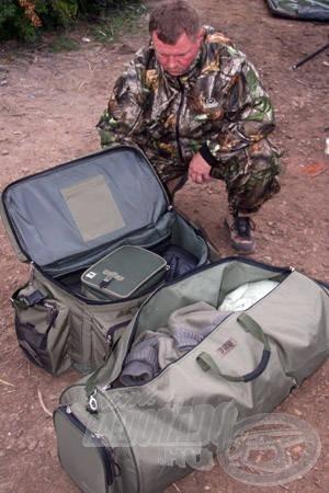 Mivel az Ebrón tilos a sátrazás, a felszerelés jelentős részét a szabadban kell tárolni. A vízparton a nappali melegnek és az éjszakai hidegeknek köszönhetően jelentős páralecsapódás tapasztalható, éppen ezért szabadon nem maradhat olyan felszerelés, mely megsínylené a párát. Fontos, hogy ezeket a felszereléseket olyan táskákban tároljuk, melyek vízhatlanok, ellenállóak a párával szemben is