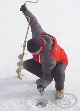 Attilának nem volt könnyű dolga, mivel a viszonylagos alacsony termete miatt nem egyszerű 20 centis jégpáncélt átfúrni
