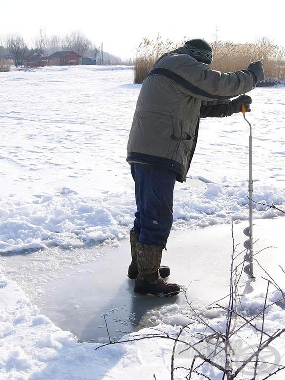 Zoli barátom, a tó gazdája, számos léket előkészített azokon a helyeken, amelyek máskor is jó haltartó helynek bizonyultak