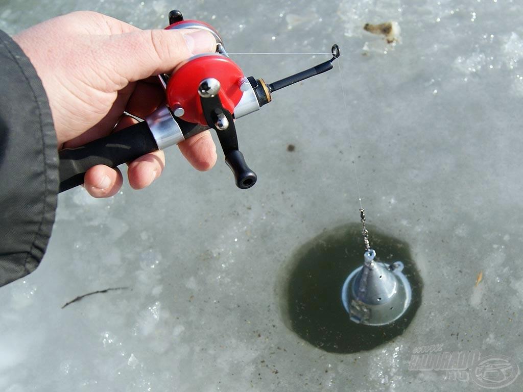 Engedjük a lékbe a megtöltött etetőt, várjuk meg, amíg a kis furatokon bejut a víz a belsejébe. Ezt a felszálló kis buborékok jelezni fogják