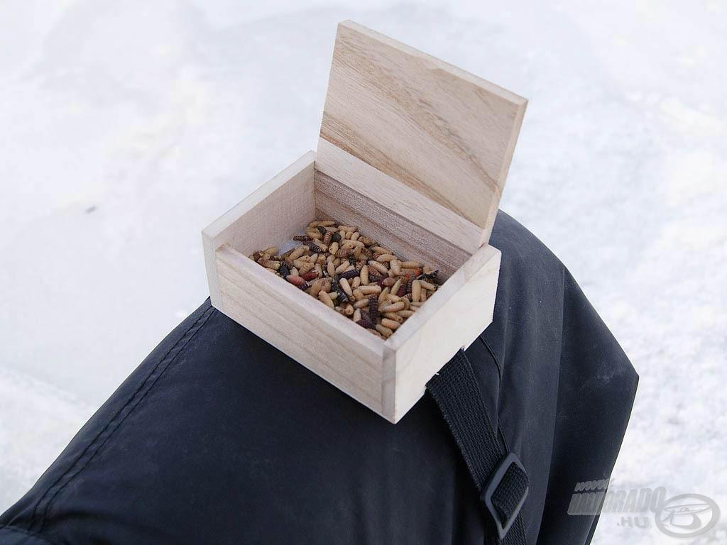 Térdre szerelhető, kényelmes csalitartó, nem kell mindig fagyos kézzel a nehezen nyíló csontisdobozt feszegetni