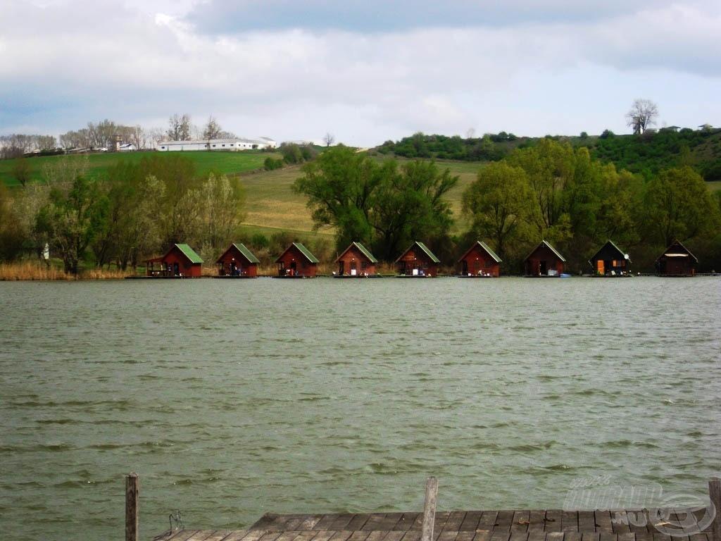 A tó túlsó részében rengeteg faház található, mi az ötödiket foglaltuk le